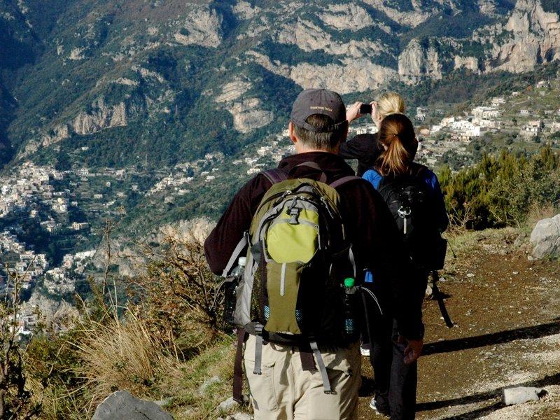 Family-walking-tour